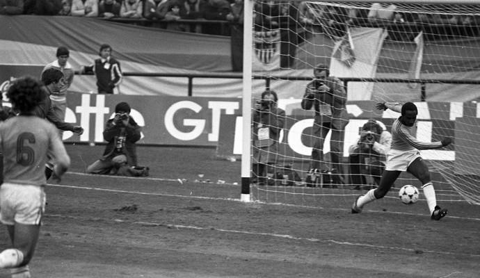 Amaral salva em cima da linha, Brasil x Espanha, Copa do Mundo 1978 (Foto: Eurico Dantas/Agência O Globo)