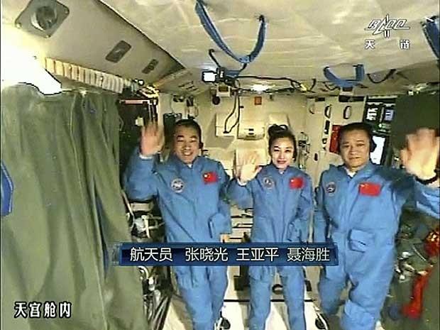 A bordo da nave Shenzhou X estão, além de Wang, os astronautas Zhang Xiaoguang e Nie Haisheng, o comandante de voo. (Foto: CCTV / AP Photo)