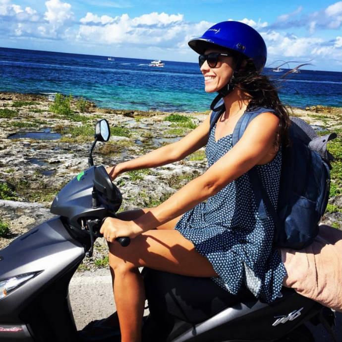 Talita Antunes, do vôlei de praia, passeia de moto  (Foto: Reprodução)