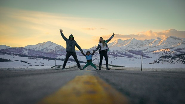 A família salta em uma estrada e posa para foto às margens de um rio. A foto é em Utah (EUA). (Foto: Acervo pessoal)