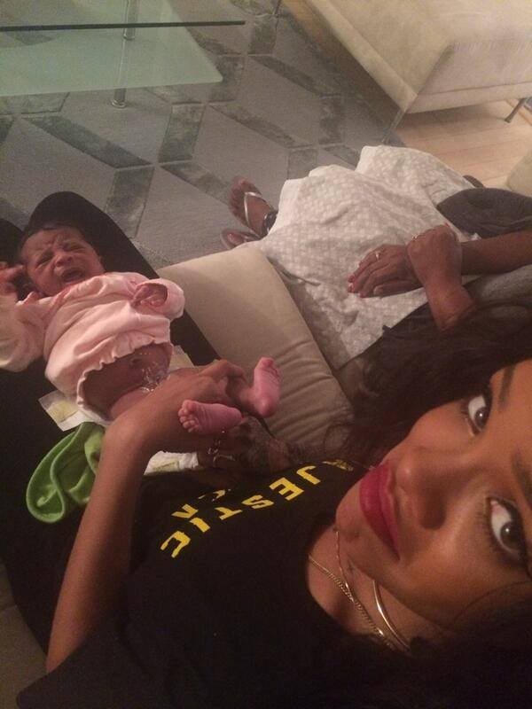 Rihanna cuida da sobrinha (Foto: Facebook/ Reprodução)