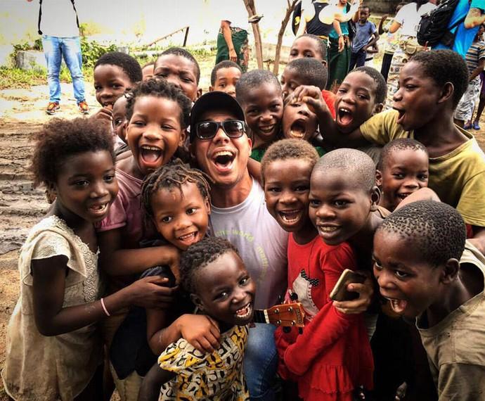 Mário se diverte com as crianças africanas (Foto: Reprodução Redes Sociais)