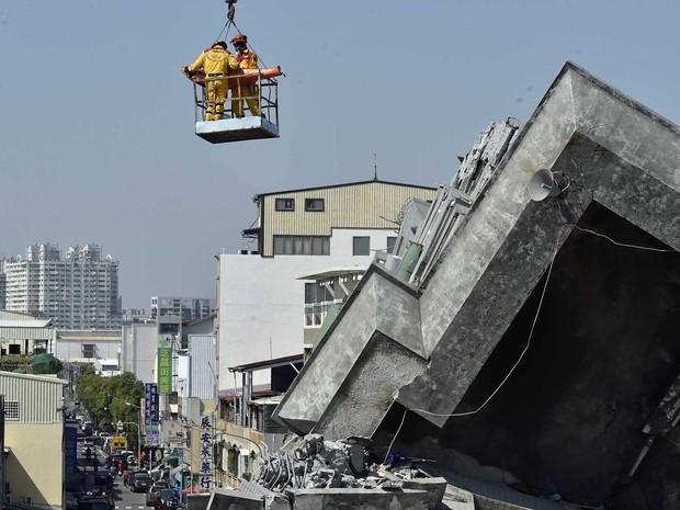 Homem de 40 anos é resgatado mais de 50 horas após terremoto abalar Taiwan (Foto: Sam Yeh / AFP Photo)