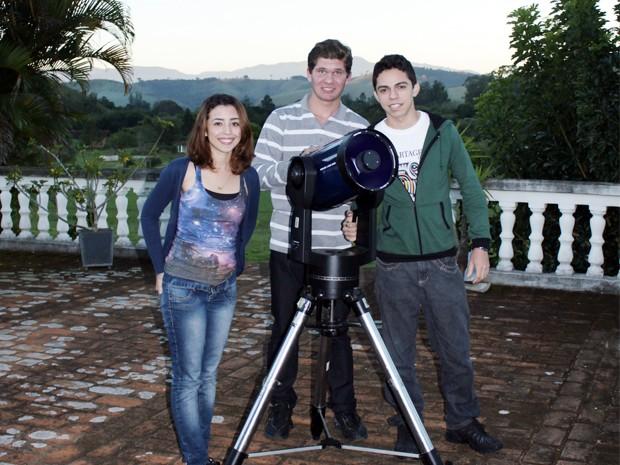 Lucas (ao centro) e colegas: do campo para as estrelas (Foto: Divulgação)