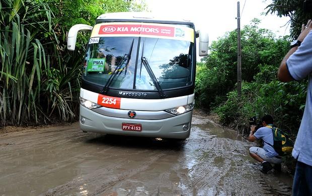 ônibus Uruguai estrada de acesso CT do Sport (Foto: Aldo Carneiro /  Pernambuco Press)
