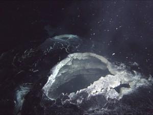 Foto sem data mostra efeitos de erupção de 2011 de vulcão submarino na costa do estado de Oregon, nos EUA; no dia 23, cientistas dizem que ele voltou a entrar em erupção e tem expelido magma há uma semana (Foto: Divulgação/Reuters/Oregon State University)