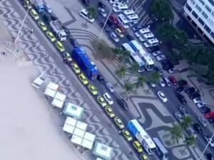 Protesto deixa trânsito lento em Copacabana, na Zona Sul do Rio (Foto: Reprodução/TV Globo)