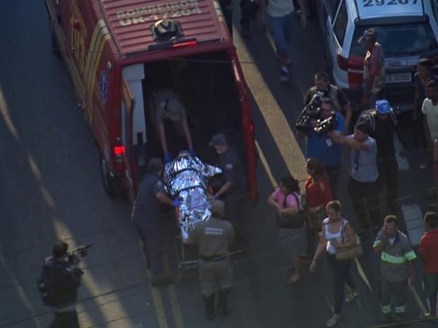 Vítima é socorrida depois de acidente na Avenida Marechal Tito (Foto: Reprodução/TV Globo)