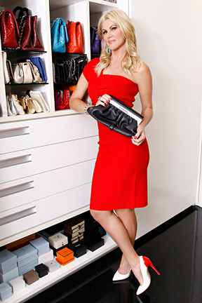 Val posa com a coleção de bolsas de grife em seu closet. Ela tem mais de 100! (Foto: Celso Tavares/EGO)