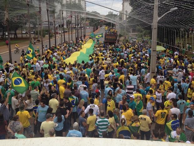 Manifestantes fazem ato pró-impeachment de Dilma, em Goiânia, Goiás (Foto: Vitor Santana/G1)