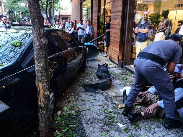 Carro quase atingiu vitirne de loja de moda na Rua Oscar Freire, nos Jardins, em São Paulo (Foto: Leo Franco)