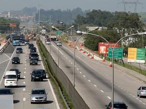 Trânsito intenso de veículos na Rodovia Presidente Dutra, na altura do km 162, no município de Jacareí, no sentido SP- RJ, na manhã deste sábado (27) (Foto: Luis Moura/Estadão Conteúdo)