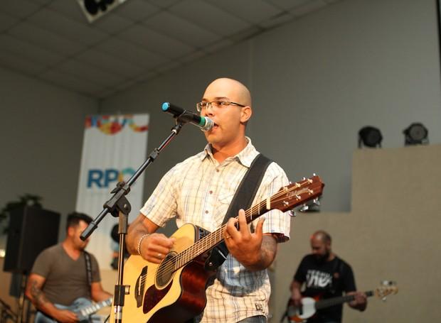 Direto de São José dos Pinhais, o grupo D'Quarta trouxe o reggae gospel (Foto: Rafael Veraldo/ RPC)
