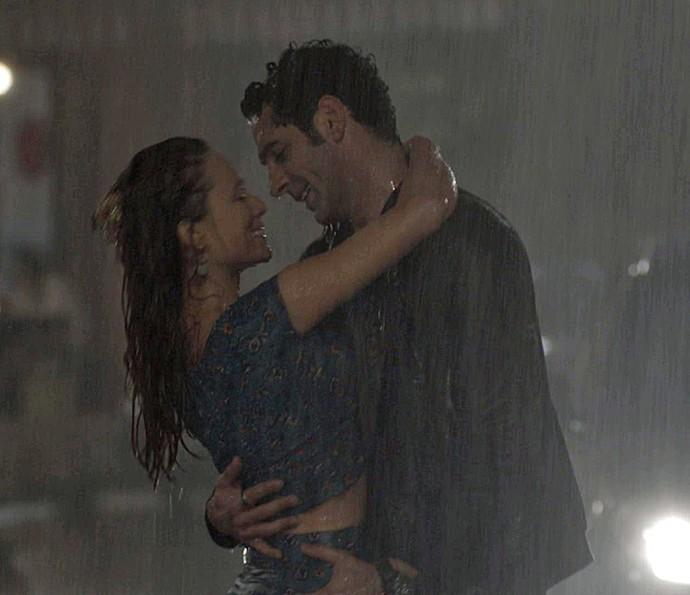 Tancinha e Beto namoram na chuva (Foto: TV Globo)
