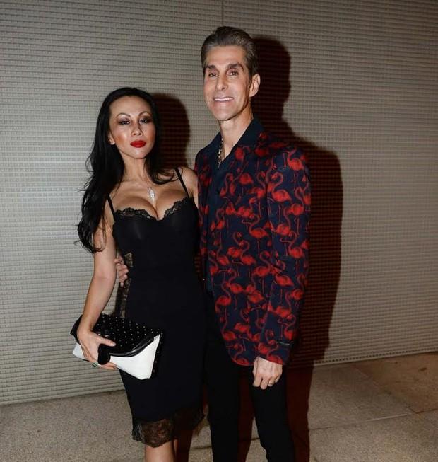 O aniversariante Perry Farrel com a mulher, Etty (Foto: Francisco Cepeda/Agnews)