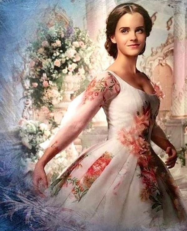 O vestido branco com flores usado por Bela na cena final (Foto: Reprodução/Instagram)