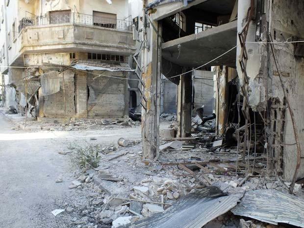 Esquina com prédios destruídos em Homs, uma das cidades mais atingidas pelo conflito na Síria (Foto: Reuters/Yazen Homsy)