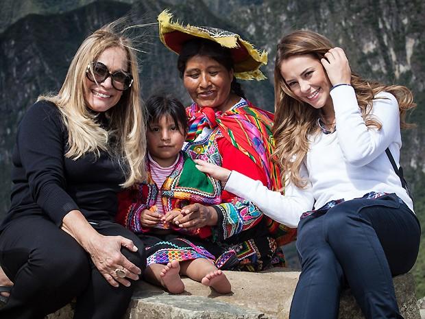 A atriz posa com Paolla Oliveira ao lado de nativos da reigão de Machu Picchu (Foto: Amor à Vida / TV Globo)