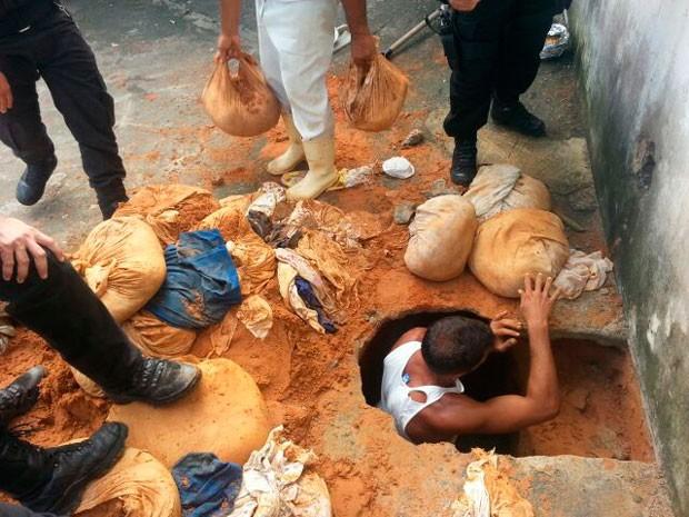 Oitrnta e cinco sacos de areia, feitos com lençóis, foram retirados de dentro do túnel na Penitenciária Estadual de Alcaçuz, na Grande Natal (Foto: Ivo Freire dos Santos Rocha/G1)