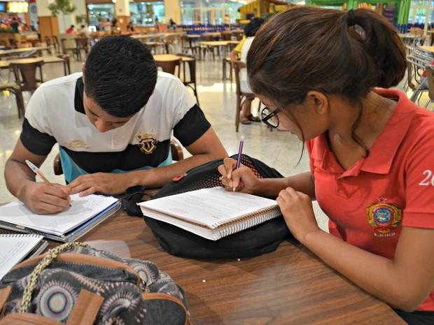 Estudantes fazem pré-Enem, estudam em casa e participam de aulões (Foto: Quésia Melo/G1)