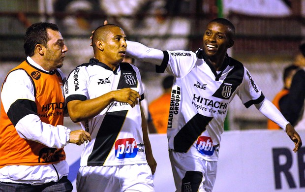 Rafael Costa comemora gol da Ponte Preta contra a Portuguesa (Foto: Ale Vianna / Agência estado)