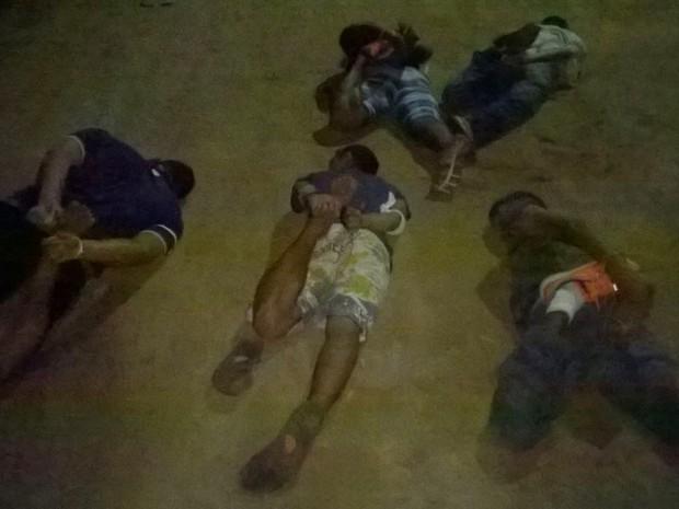 Além do suspeito morto, outros cinco homens foram presos pela PM durante a operação no Guarapes (Foto: PM/Divulgação)