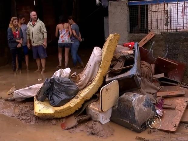 14 casas precisaram ser interditadas pela Defesa Civil em São Roque (Foto: Reprodução/TV TEM)