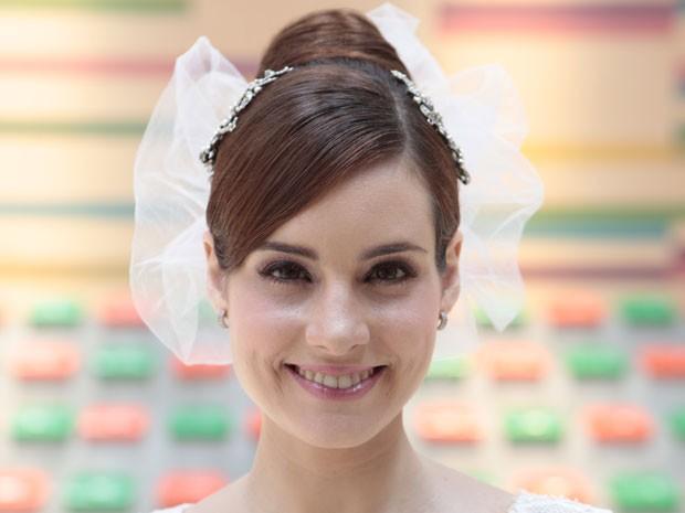 A noiva usou dois pentes e um véu curtinho, de tulê, no estilo retrô (Foto: Malhação / Tv Globo)