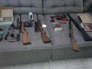 Cinco armas e munição foram apreendidas em residência de Taubaté. (Foto: Divulgação/Dise Taubaté)