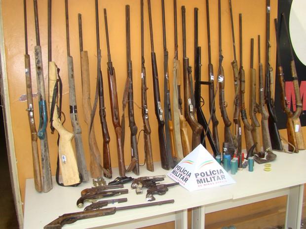 Armas são apreendidas durante operação na zona rural de Teófilo Otoni, no Vale do Mucuri, em Minas Gerais (Foto: Divulgação / Polícia Militar)