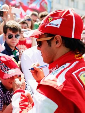 Felipe Massa distribui autógrafos aos fãs durante evento da Ferrari (Foto: Getty Images)