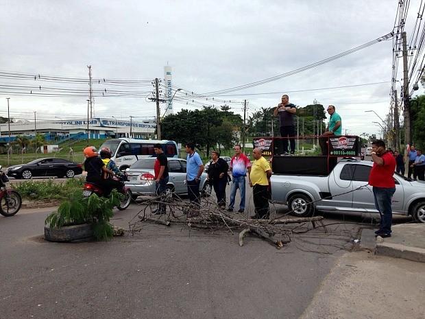 Motoristas reclamam de buracos nas vias do Distrito Industrial de Manaus (Foto: Jamile Alves/G1 AM)
