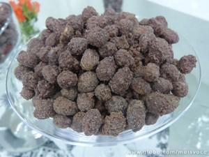 Amendoim doce: incrementado com chocolate (Foto: Mais Você / TV Globo)