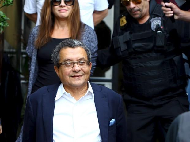 23/02 - João Santana, marqueteiro de campanhas eleitorais do PT, é escortado por agentes da Polícia Federal ao deixar o Instituto Médico Legal em Curitiba (Foto: Rodolfo Buhrer/Reuters)