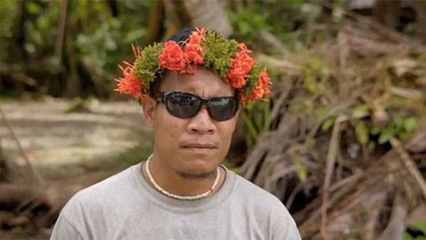 Muitos moradores de Pingelap, além de não enxergarem cores, também têm pouca tolerância à luz do sol  (Foto: BBC)