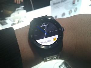 G Watch R, o novo relógio inteligente da LG, pode ser usado em conjunto com o G Flex 2 para tirar selfies (Foto: Gustavo Petró/G1)
