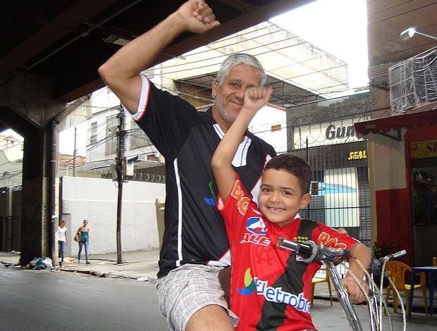 Os torcedores do Vasco Nildo dos Santos (pai) e Hugo Leonardo (filho) de bicicleta e confiantes na vitória (Foto: Janir Junior / Globoesporte.com)