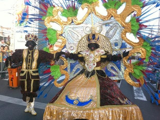 No maracatu, desfilam reis, rainhas, índios e capoeiristas com caracterização africana (Foto: André Teixeira/G1)