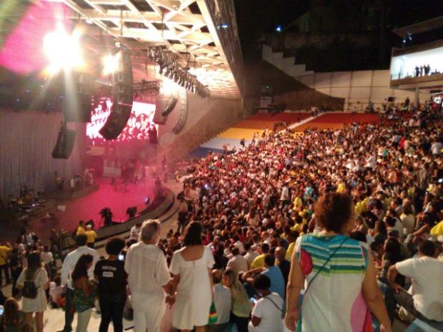 Público começou a chegar cedo para curtir o show de Maria Bethânia (Foto: Maiana Belo/G1 Bahia)