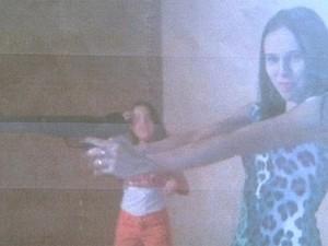 Em foto, vereadora do interior de São Paulo aparece com arma na mão (Foto: Reprodução/ EPTV)
