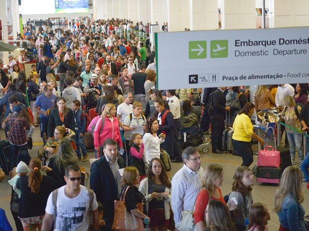 Passageiros em Brasília enfrentam filas para a inspeção de bagagens nos aeroportos do país. Começam a valer as novas determinações da Agência Nacional de Aviação Civil para garantir maior segurança nos voos (Foto: José Cruz/Agência Brasil)