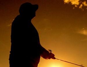 A pesca esportiva durou até o pôr do sol (Foto: Reprodução \ TV Anhanguera)