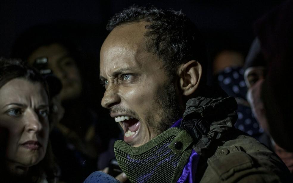 Oscar Pérez, participa de protesto contra o governo em Caracas, na Venezuela, na quinta-feira  (Foto: Inaki Zugasti/AFP)