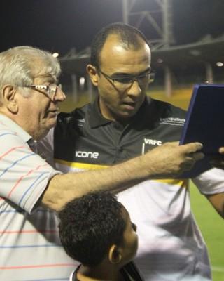 Surian recebeu a placa das mãos do presidente Flávio Horta (Foto: Divulgação/Volta Redonda FC)