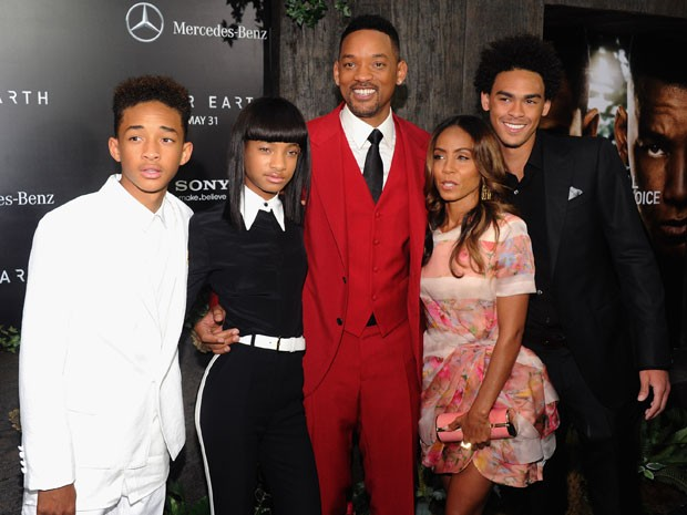 Família Smith posa em evento de divulgação do filme 'Depois da Terra' nesta quarta (29) em Nova York; a partir da esquerda: Jaden, Willow, Will, Jada Pinkett e Trey Smith (filho de um relacionamento anterior de Will) (Foto: Jamie McCarthy/Getty Images for Mercedes-Benz/AFP)