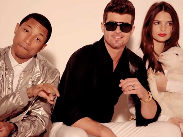 Pharrell, Robin Thicke e a modelo Emily Ratajkowski no clipe de 'Blurred lines' (Foto: Divulgação)