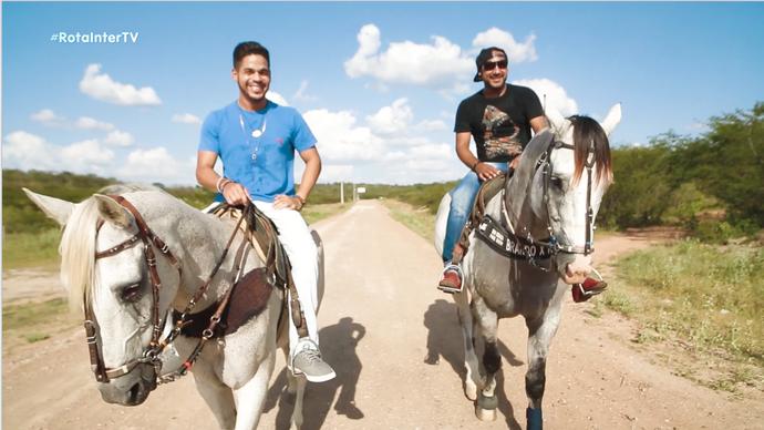 Leo Souza e Raí Soares em passeio por Caraúbas (Foto: Sérgio Luis / Divulgação)