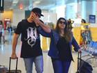 Preta Gil e Rodrigo Godoy caminham de mãos dadas em aeroporto no Rio