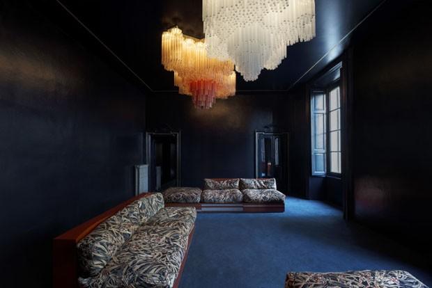 Decoração dark destaca design sofisticado no apartamento (Foto: Paola Pansini/Divulgação )