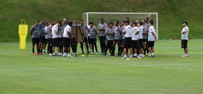 Roger passa instrução para os jogadores antes do treino (Foto: Rafael Araújo)